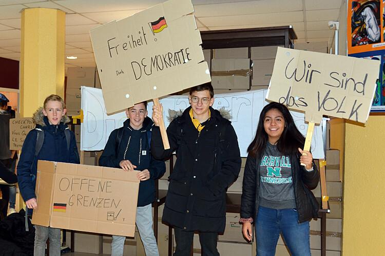 Mauerfall im Lycée: Schüler mit Demonstrationsplakaten