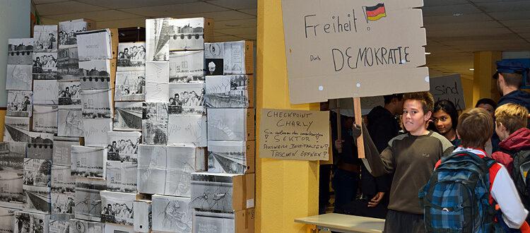 Mauerfall im Lycée: Schüler mit Demonstrationsplakat