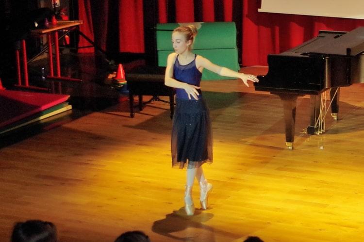 Deutsche Schule Toulouse: Talenteshow Mädchen Ballett