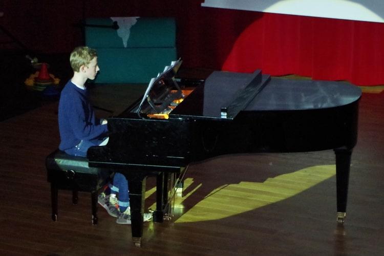 Deutsche Schule Toulouse: Talenteshow Junge Klavier