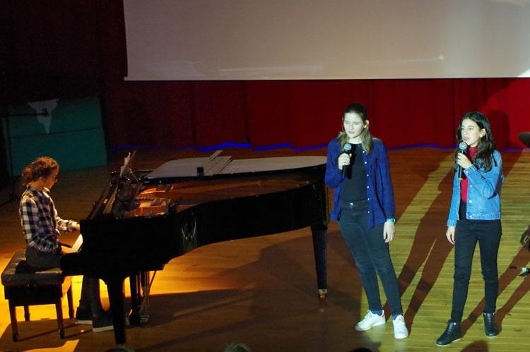 Deutsche Schule Toulouse: Talenteshow Mädchen singen