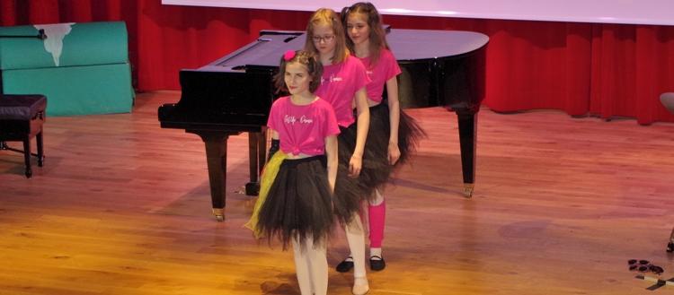 Deutsche Schule Toulouse: Talenteshow Mädchen tanzen