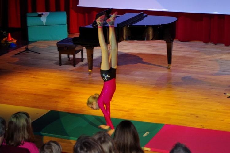 Deutsche Schule Toulouse: Talenteshow Mädchen Akrobatik