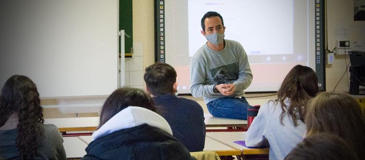 Deutsche Schule Toulouse: Künstler Chat Maigre mit Schülern 2021 Fotograf: Nicole Knüppel