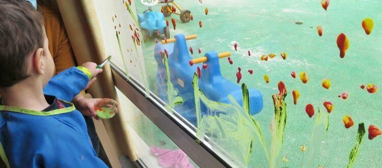Deutsche Schule Toulouse, Kindergarten, Dabei ab 2, malendes Kind