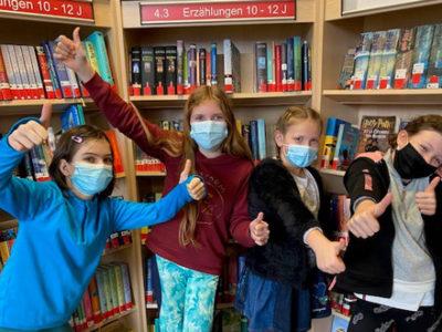 Deutsche Schule Toulouse, Vier Mädchen in der Bibliothek