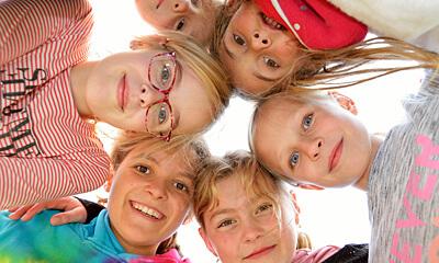 Deutsche Schule Toulouse: Kinder aus der Grundschule im Kreis. Fotografin: Nicole Knüppel
