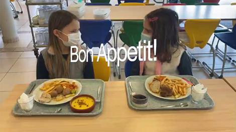 Deutsche Schule Toulouse, Kantine in der Grundschule zwei Mädchen