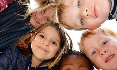 Deutsche Schule Toulouse: Kinder aus dem Kindergarten im Kreis. Fotografin: Nicole Knüppel
