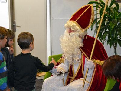 Schülerinnen und Schüler beim Nikolaus