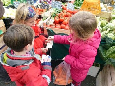 Ausflug von Grundschülern auf den Wochenmarkt