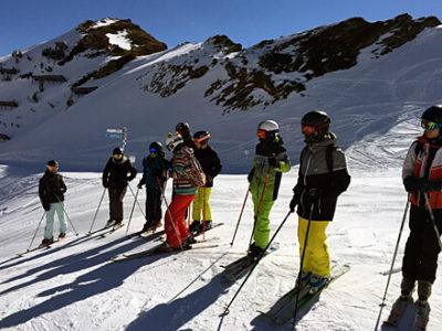 Schülerinnen und Schüler beim Skikurs während der Skiwoche