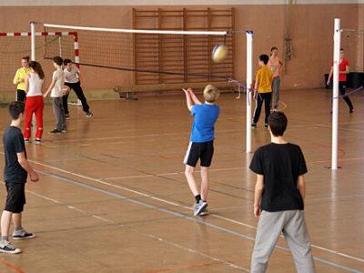 Schüler beim Volleyball-Wettbewerb