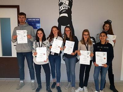 Gruppenfoto von Schülerinnen und Schüler mit Auszeichnung beim Wettbewerb
