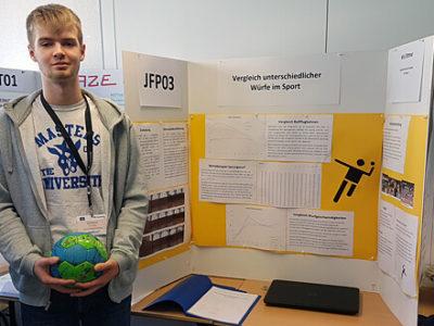 Schüler präsentiert sein Projekt in einem Wettbewerb