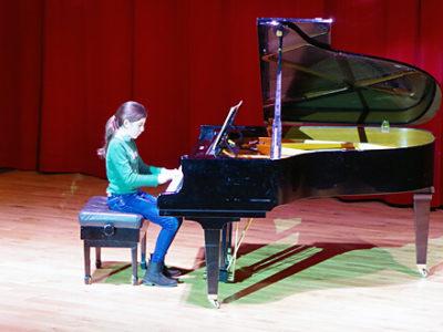 Schülerin am Klavier beim Musik-Wettbewerb
