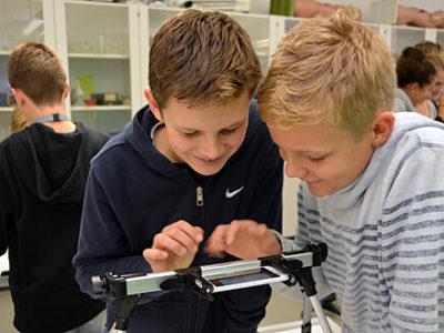 Film-AG - zwei Schüler betrachten Film auf Smartphone