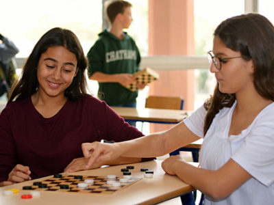 Zwei Schülerinnen spielen Halma