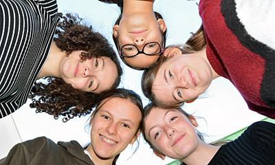 Deutsche Schule Toulouse: Schülerinnen der Weiterführunden Schule im Kreis. Fotografin: Nicole Knüppel