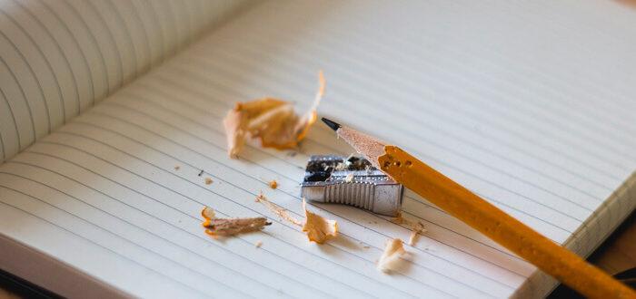 Angespitzter Bleistift auf Schulheft. Copyright: Free Photos (pixabay #918449)
