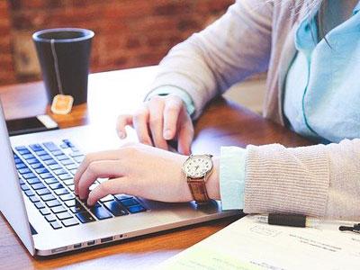 Lehrer mit Laptop Copyright: Startupstockfotos Pixabay